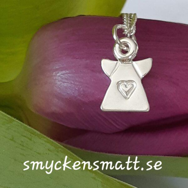 Skruttängel 1 - Liten söt silverängel med instansat hjärta, 13 x 9 mm.