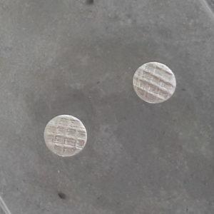 Runda handgjorda örhängen med rutigt mönster. Rutiga rundlar som görs i tre storlekar.