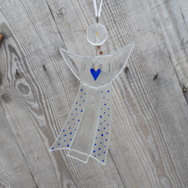 Gladängel 2 - en handgjord glasängel av återvunnet fönsterglas. Ängeln är ca 20 cm och har mönster i form av ett blått hjärta och prickar. Ett vitt band att hänga upp ängeln i medföljer.