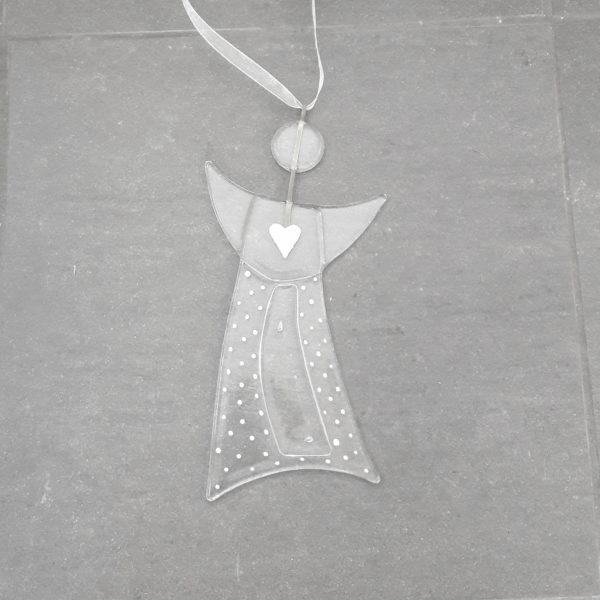 Gladängel 4 - en handgjord glasängel av återvunnet fönsterglas. Ängeln har ett mönster i form av ett vitt hjärta och prickar och är delvis transparent. Gladängeln är ca 20 cm och ett vitt band att hänga upp den i medföljer.