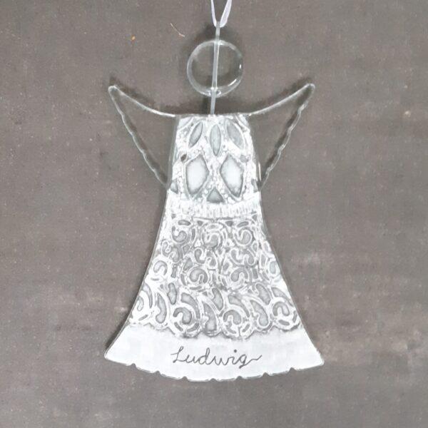 Gladängel med namn - en ängel av återvunnet fönsterglas. Exempelbild: Vitt mönstrad ängel med namnet Ludwig nedtill. Fint t ex som personlig doppresent.